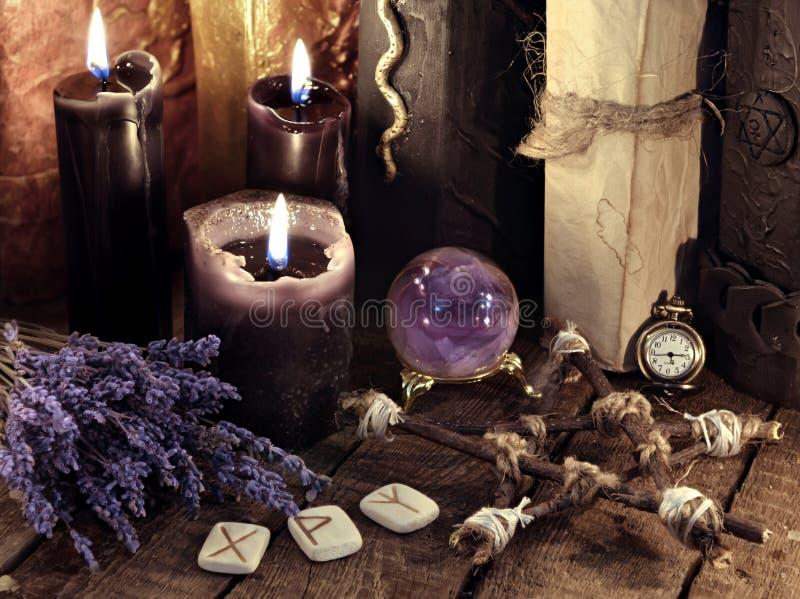 Czarni świeczki, pentagram, runes i lawenda kwiaty z kryształową kulą, zdjęcia royalty free