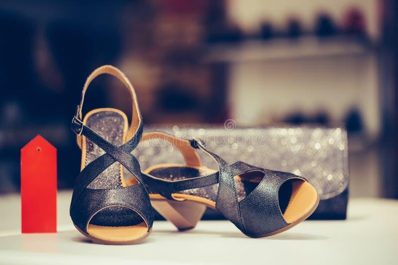 Czarni eleganccy szpilek kobiet buty z kobiety kiesą w sklepie, obraz royalty free