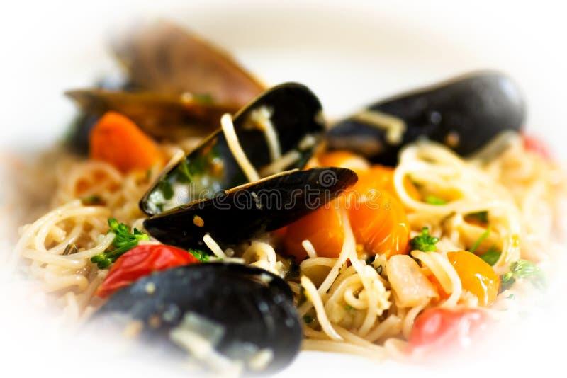 Czarni mussels, spaghetti i pomidor, fotografia royalty free