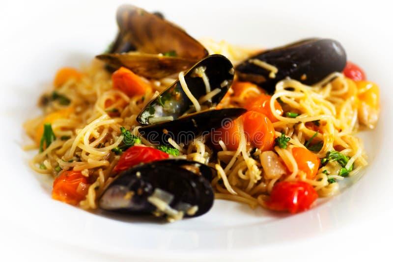 Czarni mussels z kluski i pomidorem zdjęcia royalty free