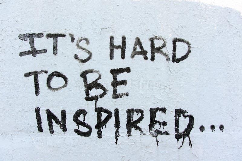 Czarni ręcznie pisany graffiti na białej ścianie fotografia royalty free