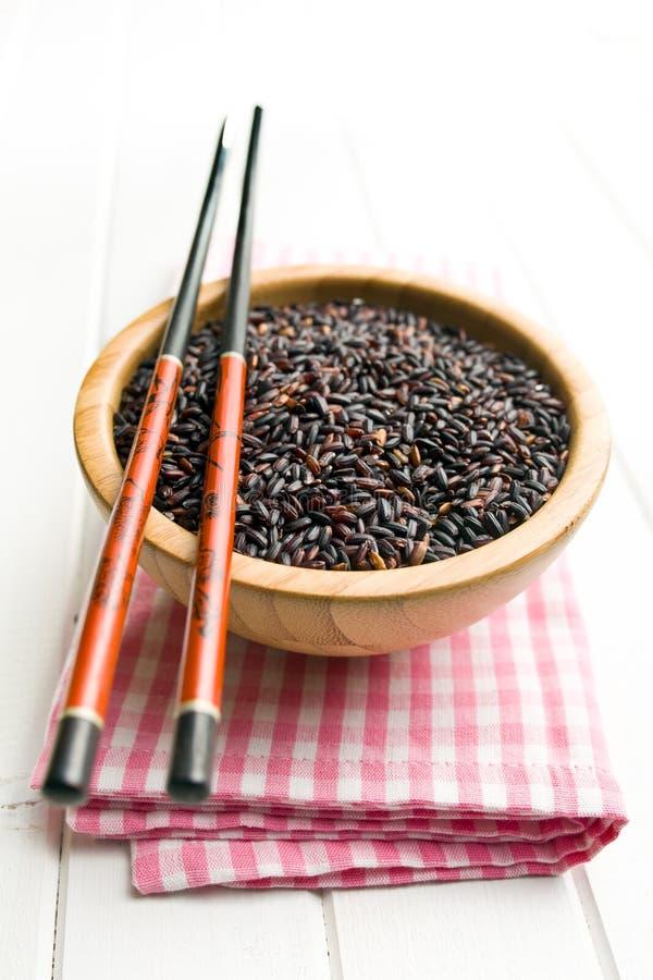 Czarni ryż w drewnianym pucharze obrazy royalty free