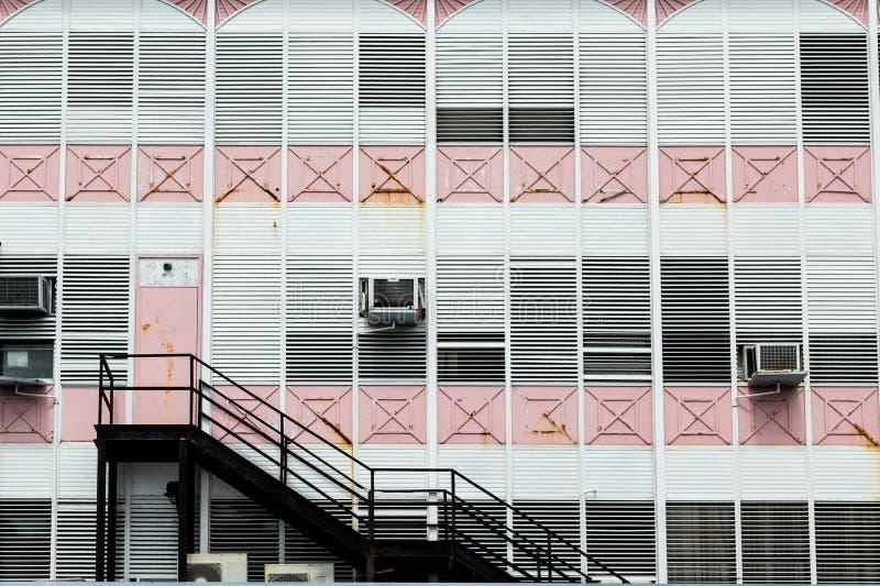 Czarni schodki na Starym menchii i bielu budynku fotografia royalty free