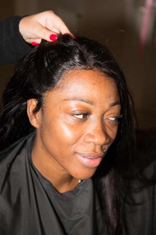 Czarni skóry panny młodej włosy Dostaje Robić dla poślubiać zdjęcia stock