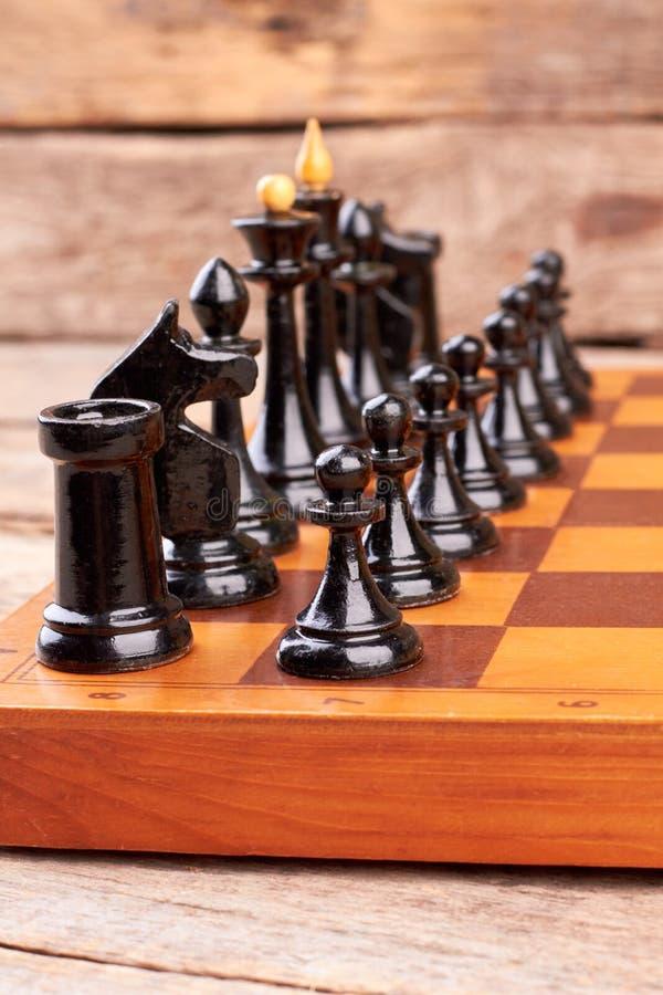 Czarni szachowi kawałki na pokładzie gry zdjęcie royalty free