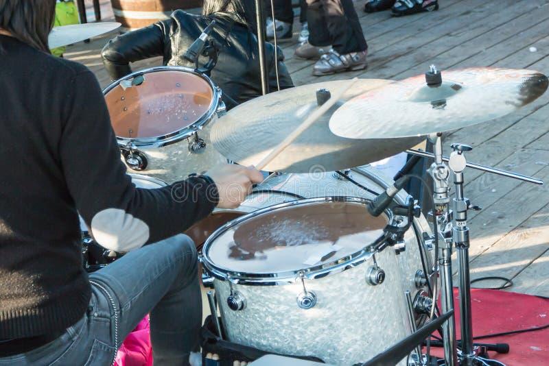 Czarni włosy dobosz podczas plenerowego koncerta: tylni widok zdjęcie royalty free