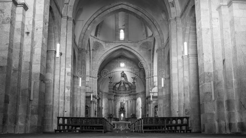 Czarno-białe zdjęcie wnętrza kościoła, które należy do klasztoru w Armenteira, Galicja obraz stock