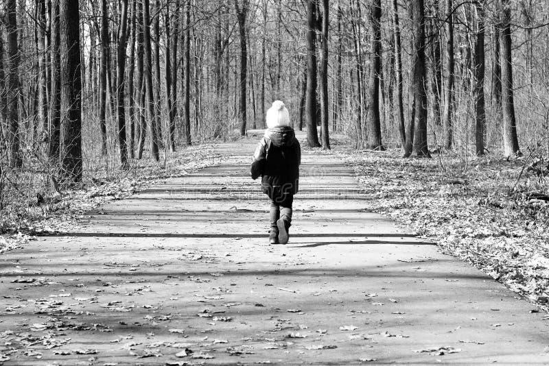 Czarno biały fotografia z ucieka małym dzieckiem fotografia stock