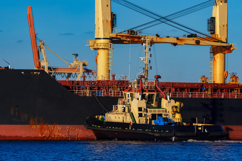 Czarny ładunku statku cumowanie przy portem zdjęcia stock