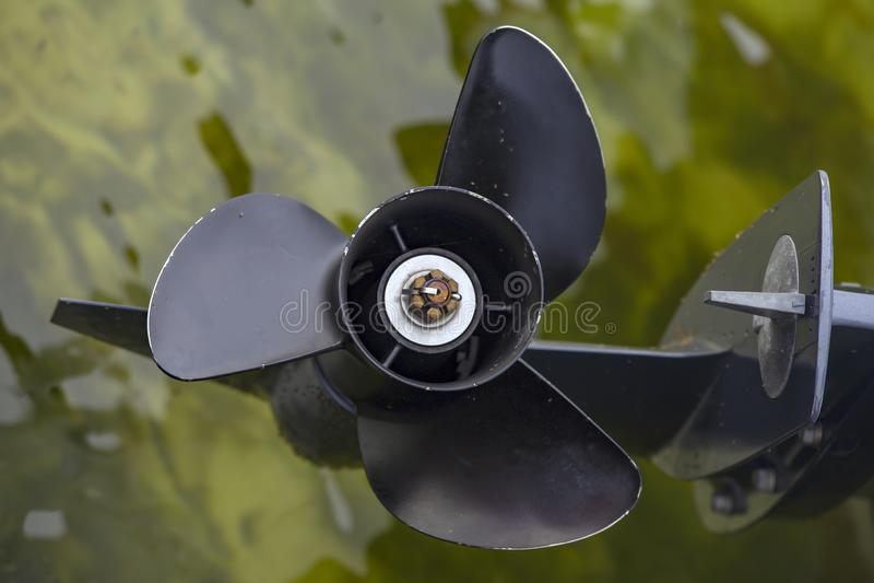 Czarny śmigło nad wodą zdjęcia stock
