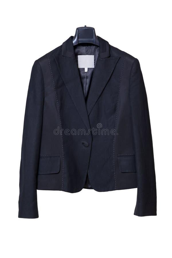 Czarny żeński kurtki obwieszenie na czarnym wieszaku na białym tle obrazy stock