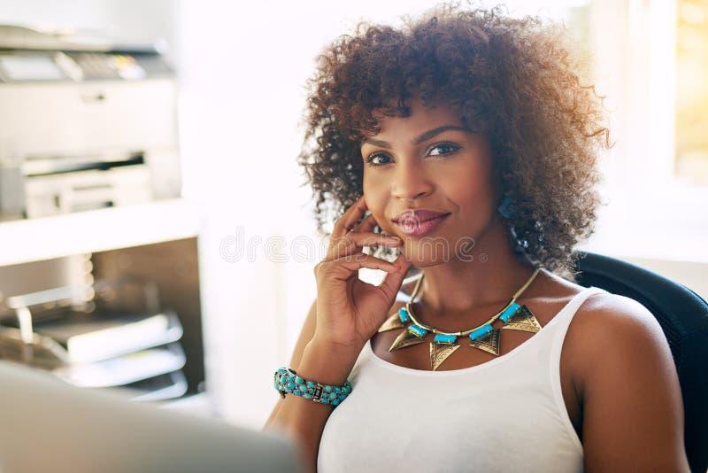 Czarny żeński przedsiębiorca przy biurem zdjęcie stock