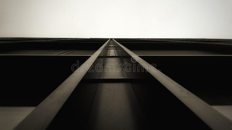 Czarny abstrakcjonistyczny nowy projekta szkła budynek biurowy fotografia royalty free