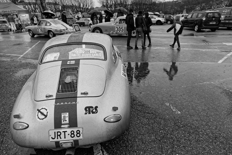Czarny & Biały Porsche w parking zdjęcie royalty free