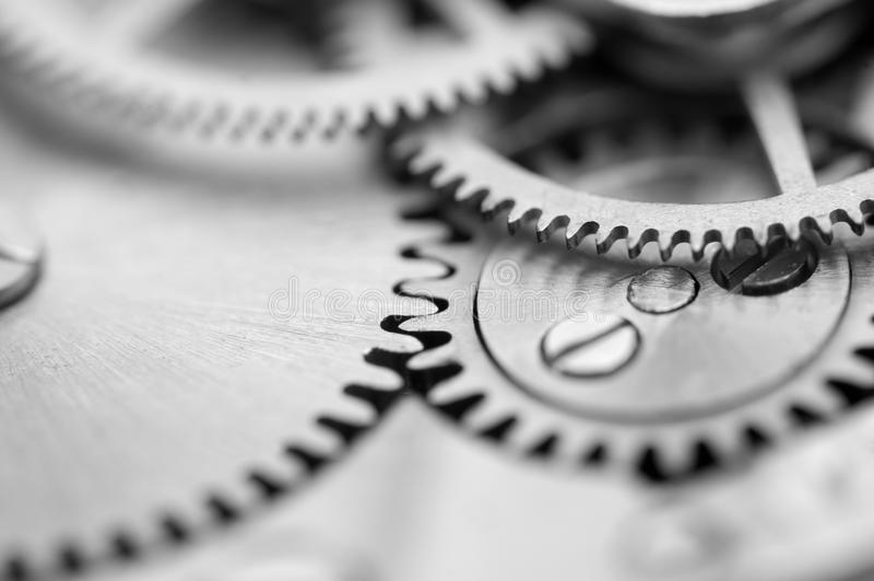 Czarny biały tło z metali cogwheels clockwork Makro- zdjęcie stock