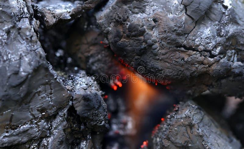 Czarny bitumiczny węgiel z ogieniem fotografia stock