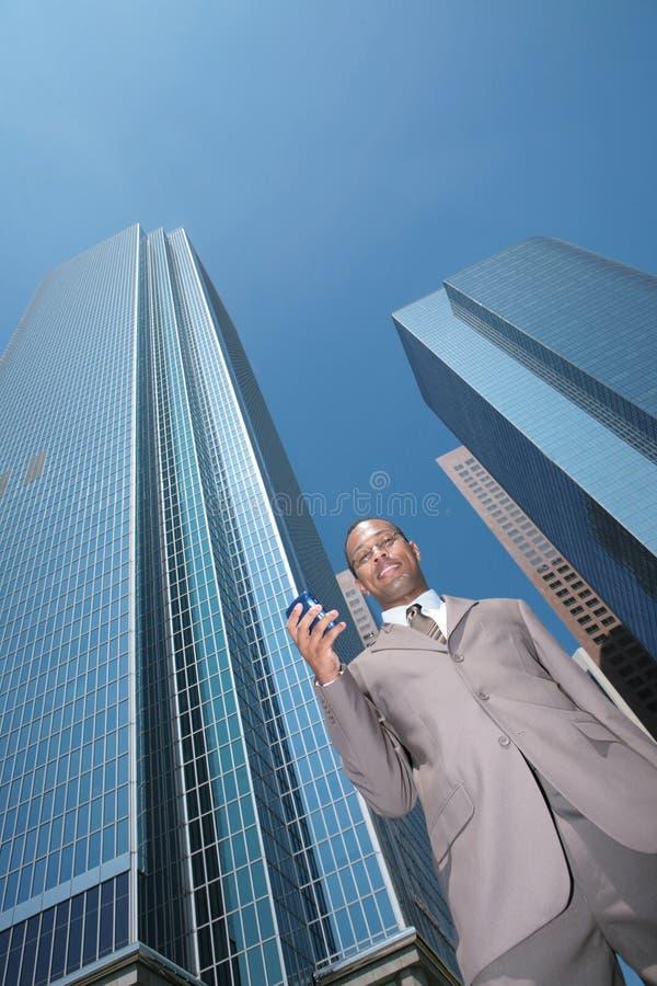 czarny biznesmen d e - mail na jego komórkę zdjęcia royalty free