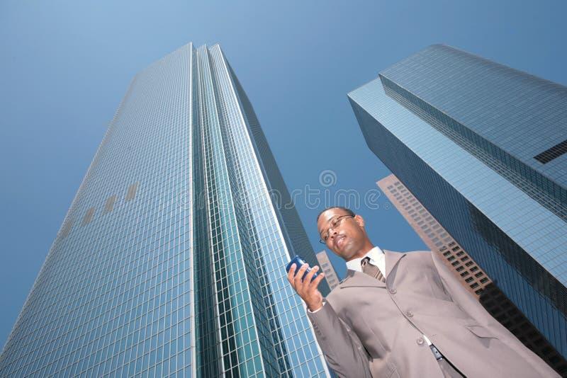 czarny biznesmen odpowiada na zewnątrz zdjęcie royalty free