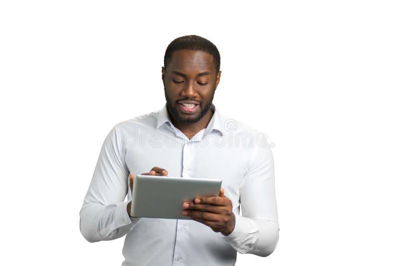Czarny biznesmen używa komputerową pastylkę zdjęcia royalty free