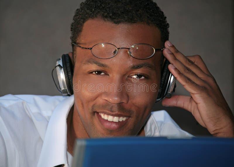 czarny biznesmena headphon słuchał muzyki zdjęcie stock