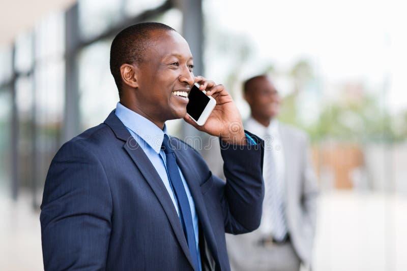 Czarny biznesmena telefon komórkowy obraz royalty free