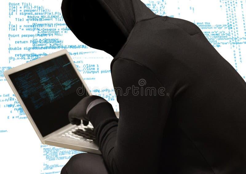 Czarny bluza hacker z out stawia czoło z komputeru, białego i błękitnego kodu tłem, royalty ilustracja