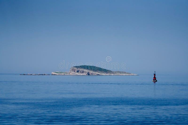 Czarny boja przed wyspą troszkę fotografia royalty free