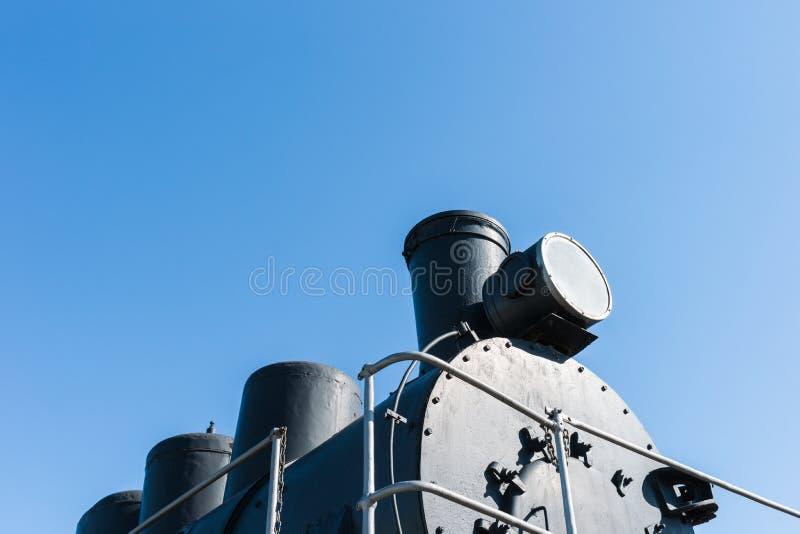 Czarny bojler parowa lokomotywa przeciw tłu cle zdjęcie stock