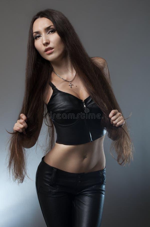 czarny brunetki kostiumu skóry kobieta obrazy stock