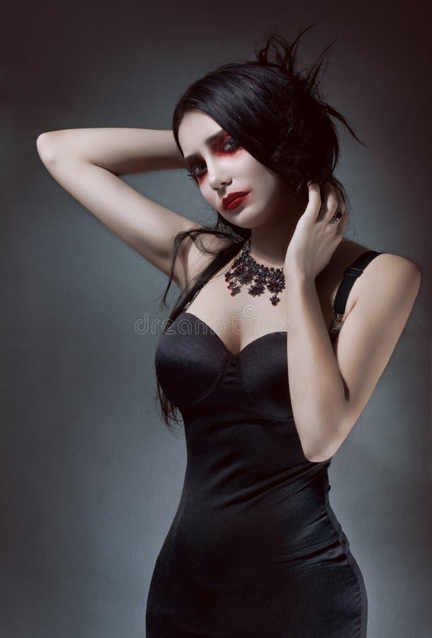 czarny brunnete sukni ładna kobieta zdjęcia stock