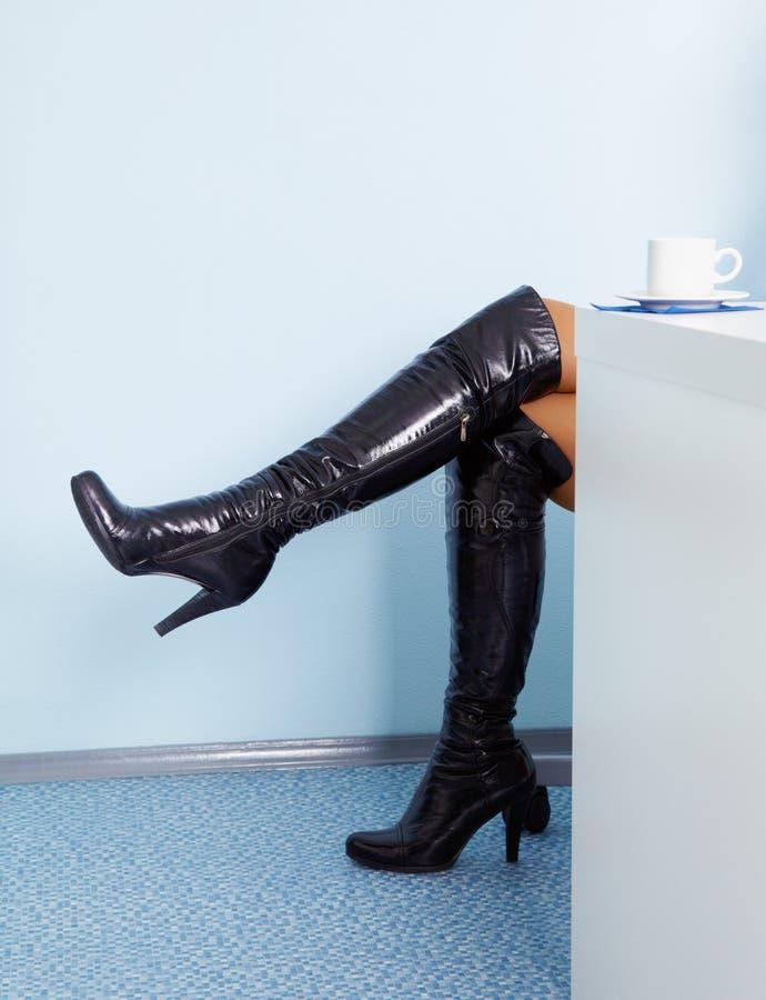 czarny butów żeńskie wysokie rzemienne nogi obrazy stock