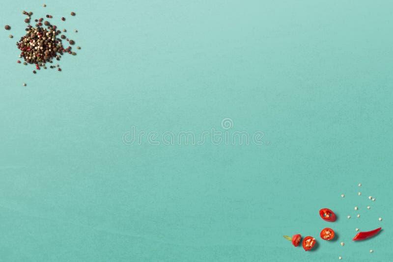 Czarny chłodny na drewnianym stołowym odgórnego widoku sklepie i pieprz fotografia stock