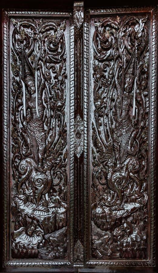 Czarny ciemny tajlandzki obrazu cyzelowania drewna drzwi obraz royalty free