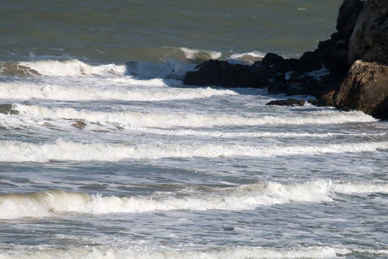 Czarny Denny antyczny wybrzeże dokąd morze spotyka zdjęcie stock
