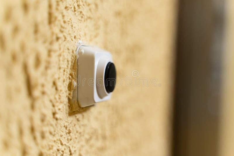 Czarny doorbell guzik w bia?ej skrzynce na kolor ? zdjęcie stock
