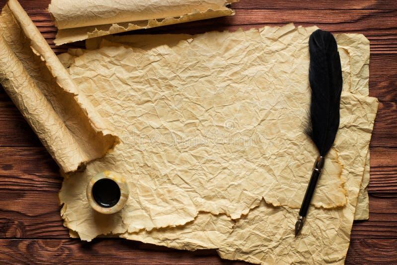 Czarny dutka atrament na starym papierowym tle i pióro obraz stock