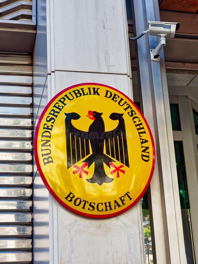 Czarny Eagle żakiet ręki na Niemieckiej ambasady plakiecie, Ateny, Grecja zdjęcie royalty free