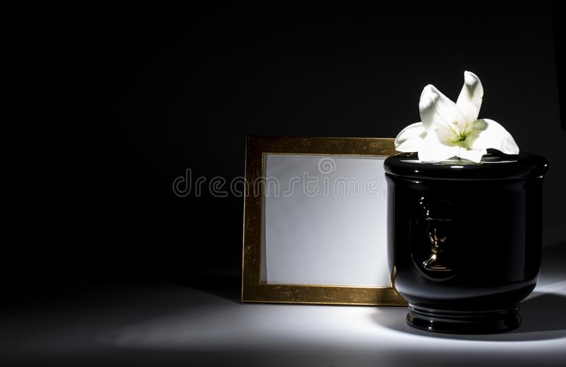 Czarny ewangelicki łzawica z pustą opłakuje ramą i kwiatem, zdjęcie stock