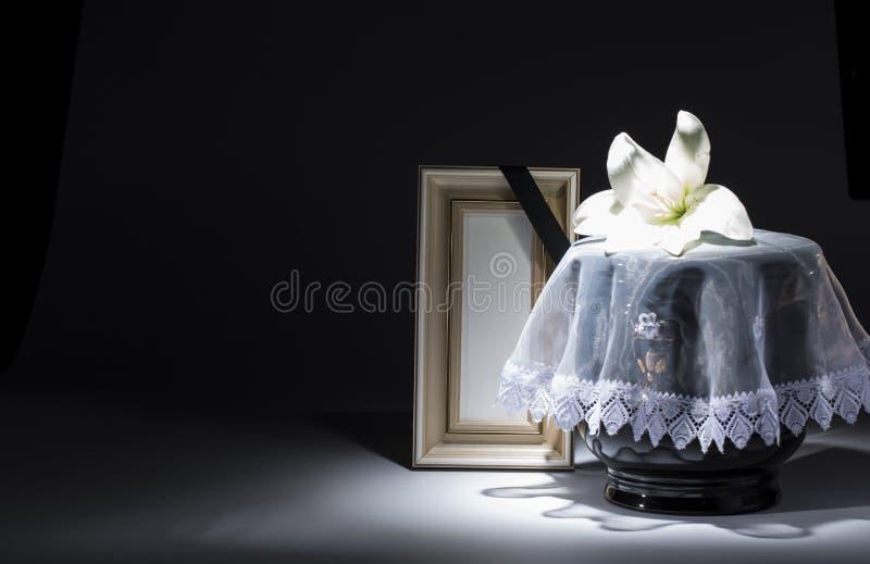 Czarny ewangelicki łzawica z pustą opłakuje ramą i kwiatem, zdjęcia stock