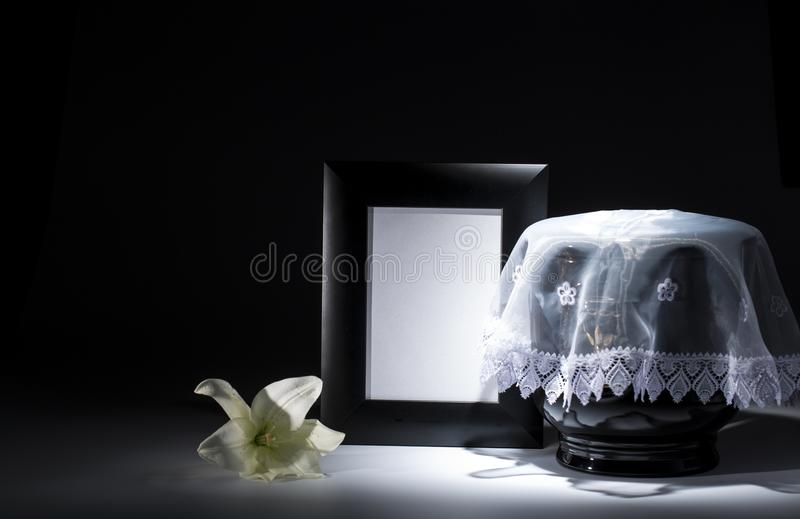 Czarny ewangelicki łzawica z pustą opłakuje ramą i kwiatem, obrazy royalty free