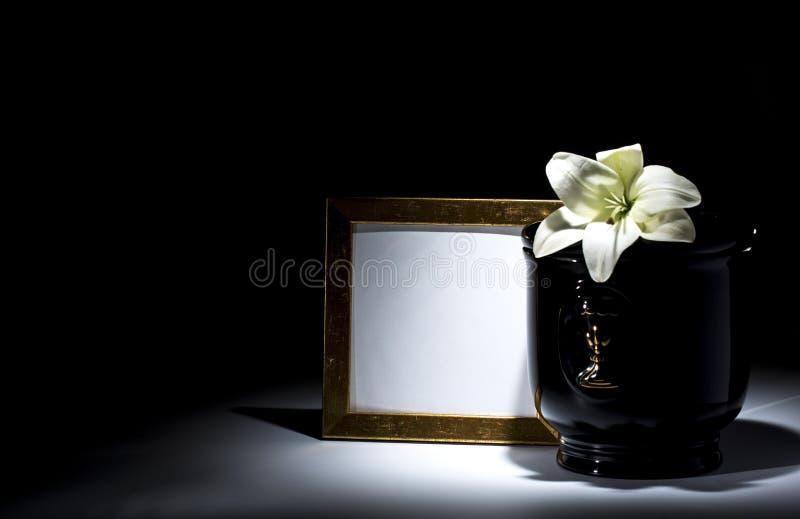 Czarny ewangelicki łzawica z pustą opłakuje ramą i kwiatem, obrazy stock