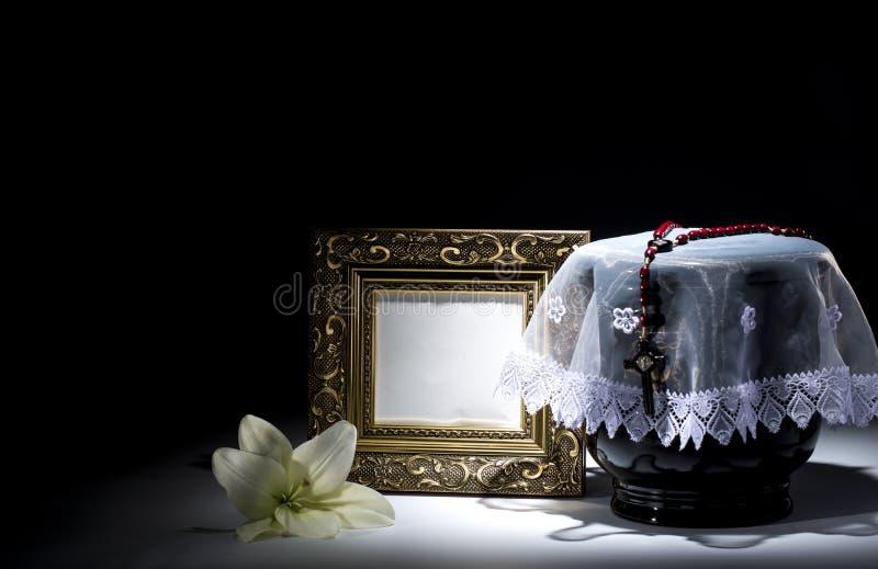 Czarny ewangelicki łzawica z pustą opłakuje ramą i kwiatem, obraz stock