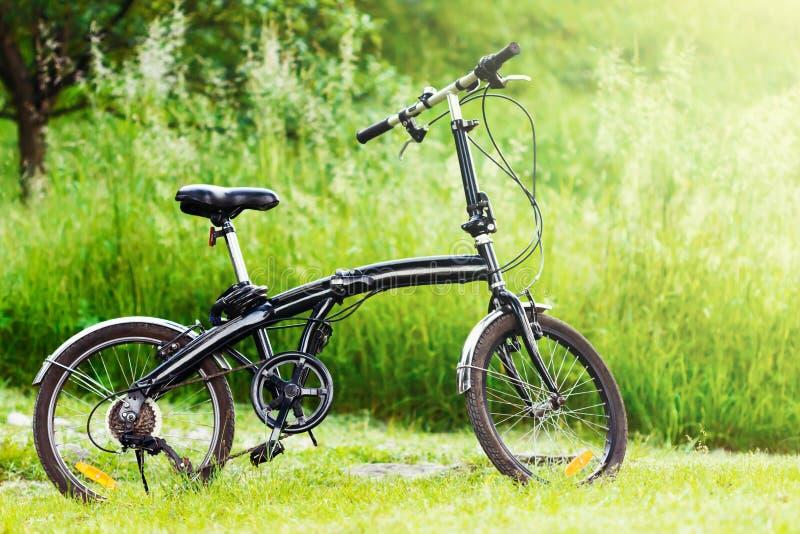 Czarny falcowanie bicykl w trawie obrazy stock