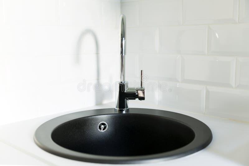 Czarny faucet i Skandynaw stylowa kuchnia zdjęcie royalty free
