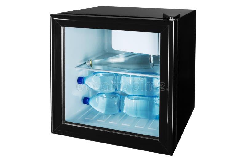 Czarny fridge bar z przejrzystym szklanym drzwi w?rodku trzy butelek pe?no woda poj?cie lato i ch?odzi?, obrazy royalty free