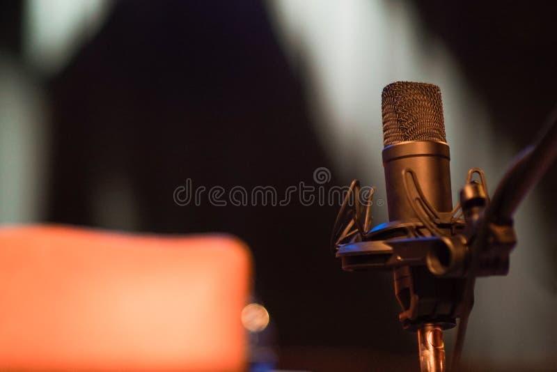 CZARNY głosu mikrofon NA scenie fotografia royalty free