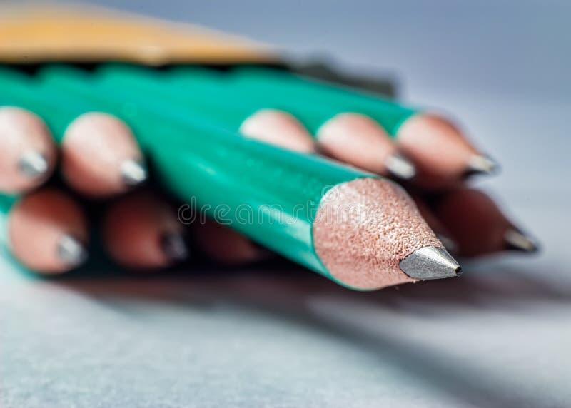 Czarny grafitowy ołówek na papieru prześcieradle obrazy stock