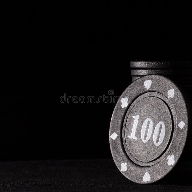 Czarny grzebaka układ scalony jaskrawy podkreśla na ciemnym tle zdjęcia royalty free