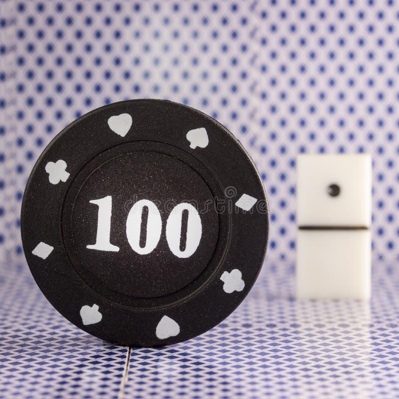 Czarny grzebaka układ scalony na tle kostka do gry dla bawić się domina obrazy stock