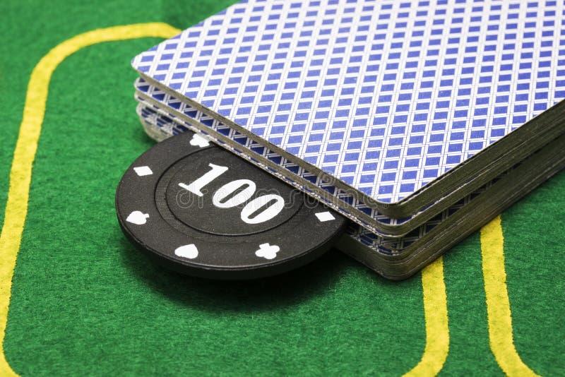 Czarny grzebaka układu scalonego klejenie z pokładu karta do gry zdjęcie royalty free